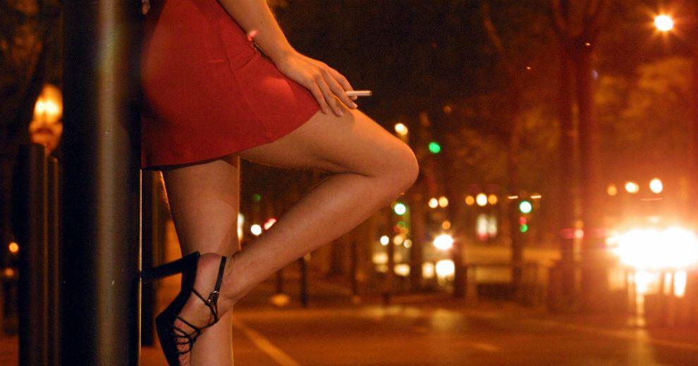 Resultado de imagen para hombre amenaza prostitutas